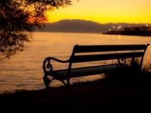 Banc sur le coucher du soleil Image libre de droits