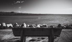 Banc sur le remblai de Sirmione Policier de lac l'Italie photo libre de droits