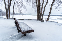 Banc un jour neigeux Photo stock