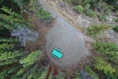 Banc vert au milieu des bois image libre de droits
