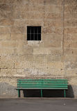 Banc vert contre le mur en pierre Images stock