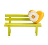 Banc vert de jouet et coeur jaune Photo libre de droits