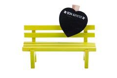 Banc vert de jouet et coeur jaune Photos libres de droits