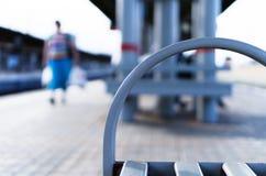 Banc vibrant horizontal sur le bokeh de station de train photo libre de droits