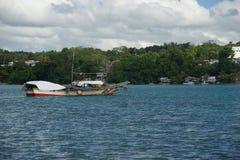 Banca渔船在背景中停泊了Dauis, Panglao,保和省,菲律宾和Tagbilaran 免版税库存照片