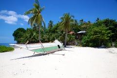 Banca łódź na białego piaska tropikalnej plaży na Malapascua wyspie, Filipiny fotografia royalty free
