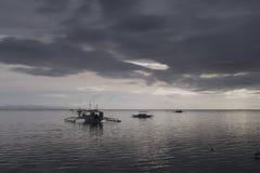 Banca-Boote an der Dämmerung, Panglao-Insel, Bohol, Philippinen Lizenzfreie Stockbilder