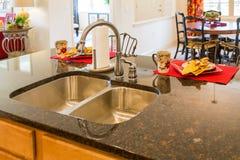 Banca da cozinha de aço inoxidável e dispositivo bonde foto de stock