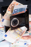 Banca di moneta nera del metallo con soldi Immagine Stock