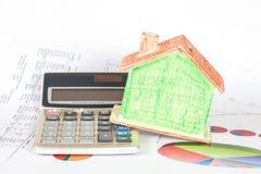 Banca e calcolatore della Camera sulle carte d'ufficio Fotografia Stock Libera da Diritti