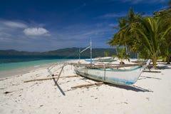 Banca em uma praia do deserto Foto de Stock Royalty Free