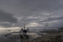 Banca fartyg på skymning, Panglao, Bohol, Filippinerna Royaltyfri Bild