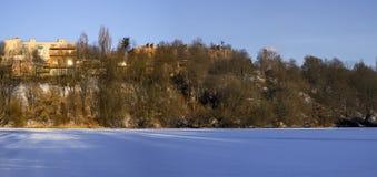 Banca giusta del fiume del sud congelato dell'insetto nella regione del massiccio di Sverdlovsk Fotografia Stock