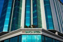 Banca Intesa-embleem op hun hoofdbureau voor Servië Intesa Sanpaolo is één van de grootste Italiaanse commerciële en kleinhandels royalty-vrije stock fotografie