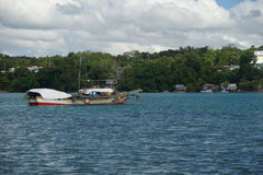 Banca łodzie rybackie cumowali z Dauis, Panglao, Bohol, Filipiny z Tagbilaran w tle zdjęcia royalty free