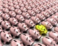 Banca piggy dell'oro nella folla Immagine Stock Libera da Diritti