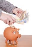 Banca piggy dentellare con le monete e le fatture Immagini Stock Libere da Diritti