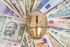 Banca piggy dorata con soldi Fotografia Stock Libera da Diritti