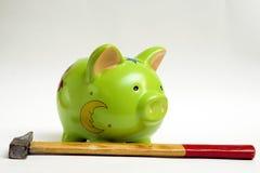 Banca Piggy e martello Fotografie Stock