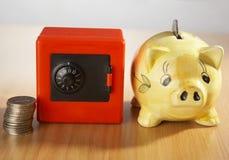 Banca Piggy e moneta fotografia stock