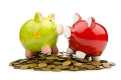 Banca Piggy e monete Fotografia Stock Libera da Diritti