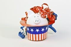 Banca piggy patriottica in stelle e cappello delle bande Fotografia Stock