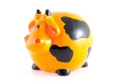 Banca Piggy sotto forma della mucca arancione Immagine Stock
