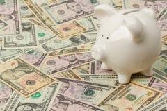 Banca Piggy sulle fatture del dollaro Fotografia Stock Libera da Diritti