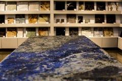 Bancada colorida do granito da ilha de cozinha Imagens de Stock Royalty Free