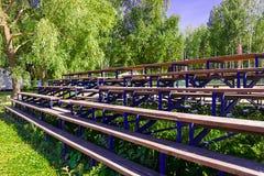 Bancada de madeira para fãs o verão o sol imagem de stock