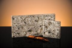 A bancada do granito de duas cozinhas prova a posição na tabela preta lustrosa com decoração Conceito da parte superior contrária Imagens de Stock Royalty Free