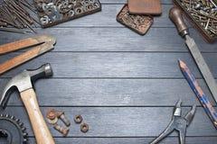 A bancada industrial utiliza ferramentas o fundo Fotos de Stock Royalty Free
