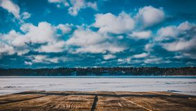 Bancada que negligencia o lago do inverno fotografia de stock