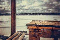 Bancada que negligencia o lago do inverno fotos de stock