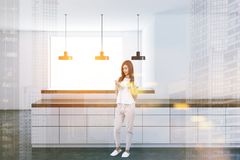 Bancadas brancas em uma cozinha moderna, mulher Fotografia de Stock