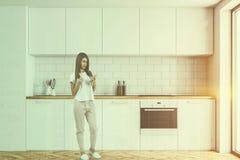 Bancadas brancas na cozinha moderna, mulher Imagens de Stock