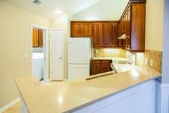 Bancadas de Grainite na cozinha nova brilhante Fotografia de Stock Royalty Free