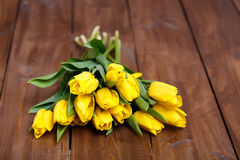 Banch Żółci tulipany kłama na drewnianych deskach Zdjęcia Royalty Free