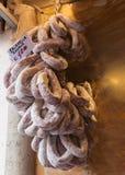 Banch традиционного итальянского салями вися на стене стоковое фото