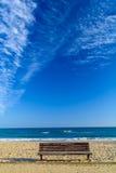 Banch de madera en el paisaje de la playa arenosa en Tarragona España Foto de archivo