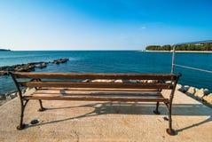 Banch en la playa Novigrad Cittanova del centro turístico Imágenes de archivo libres de regalías