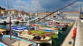 Banche che pescano nel vecchio porto di Nizza fotografie stock libere da diritti