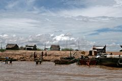 Banche del lago sap di Tonle - Cambogia Immagini Stock
