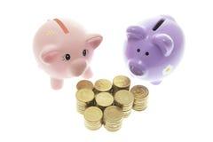 Banche Piggy con le monete fotografie stock