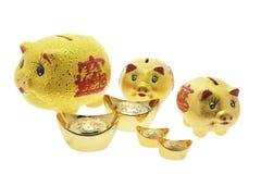 Banche Piggy e pepite di oro Immagini Stock Libere da Diritti