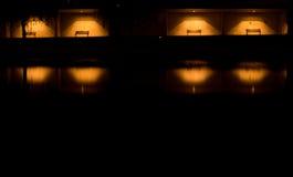 Banches di Iluminated al fiume calmo Immagini Stock