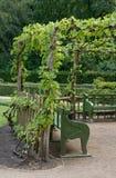 Banchi del giardino di ombreggiatura del supporto conico Immagini Stock Libere da Diritti
