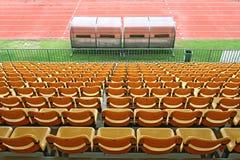 Banchi della riserva e della vettura in stadio di football americano Immagine Stock