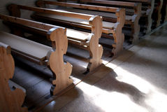 Banchi di chiesa in chiesa Fotografia Stock Libera da Diritti
