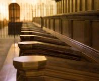 Banchi di chiesa della chiesa Immagini Stock